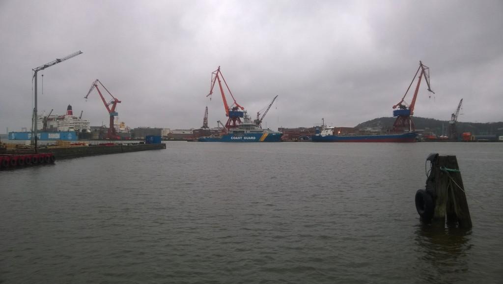Hafen von Göteborg mit vielen Kränen